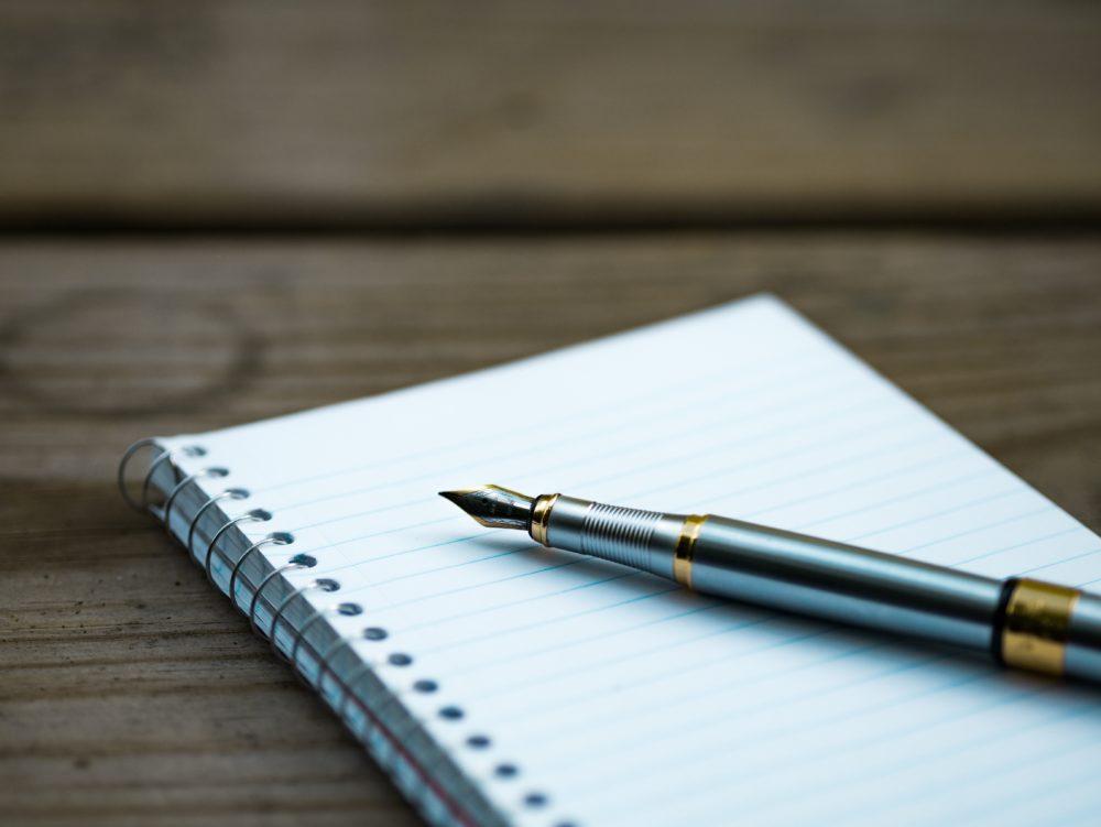 ノートと万年筆の画像