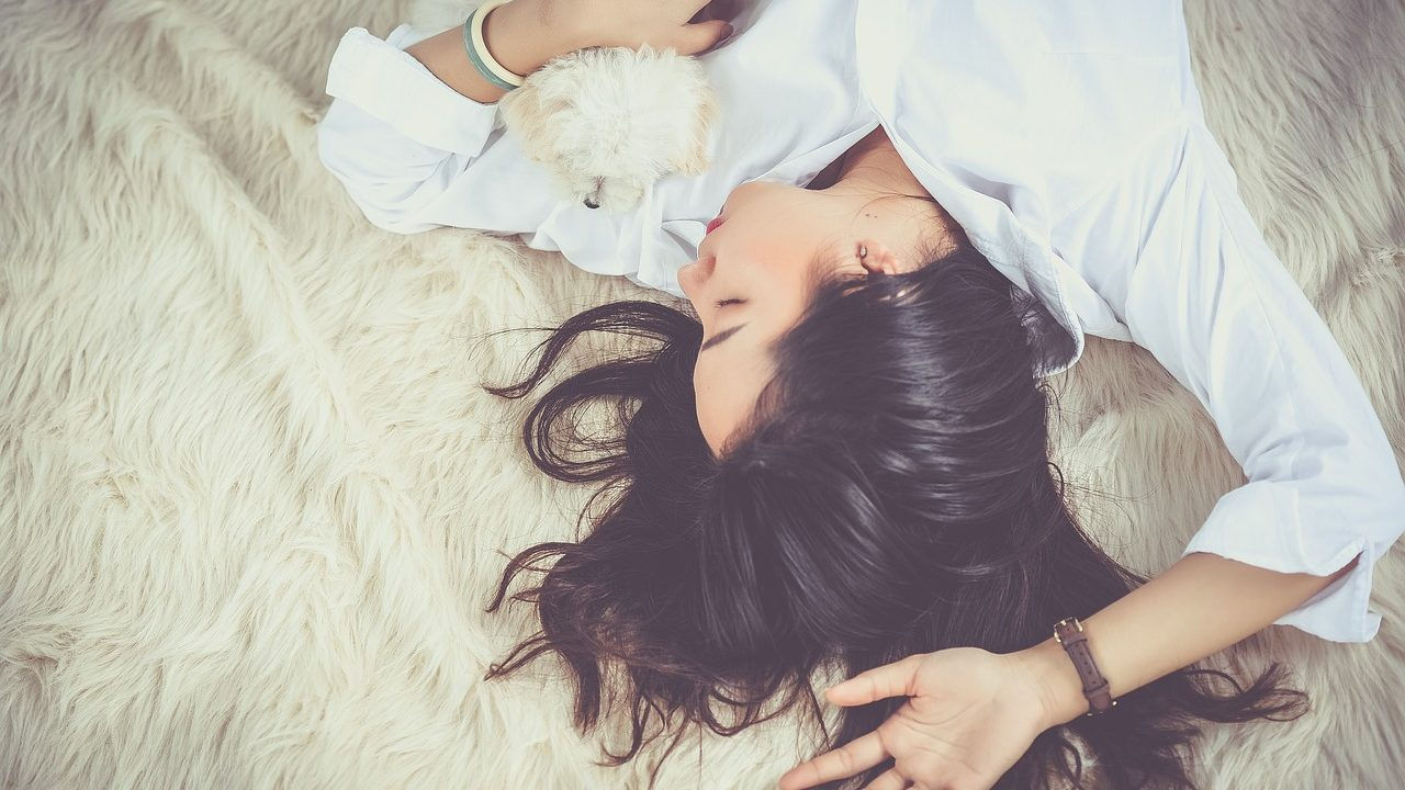 眠っている女性の画像